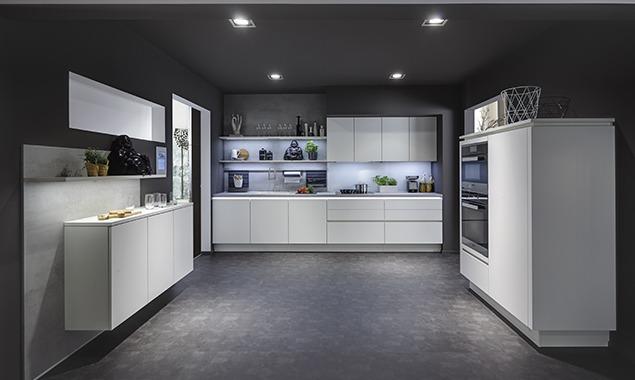 Cocina amplia industrial muebles blancos