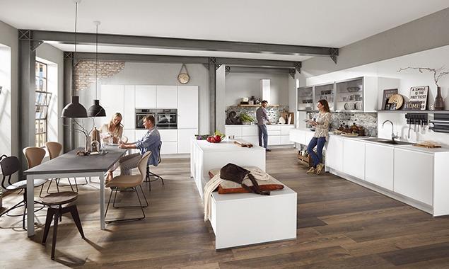Familia cocina muebles blancos comedor