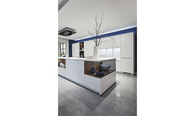 Plantas en la cocina blanca