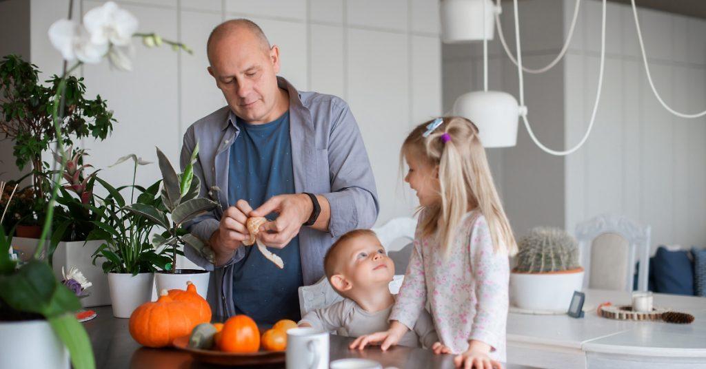 familia trabajando cocina sevilla