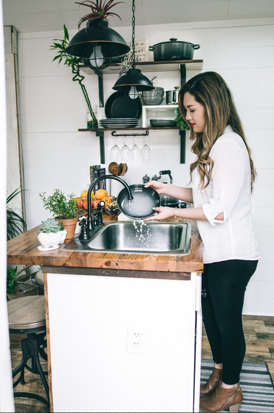 Mujer limpiando utensilios de cocina